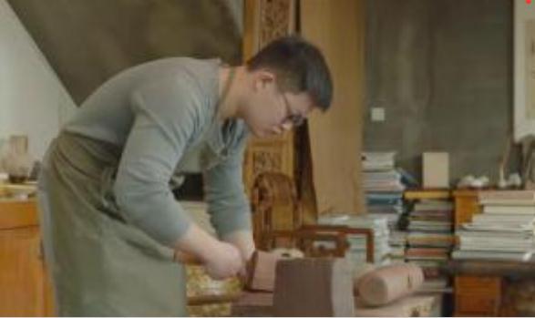 陶艺家制作掇只壶,会和泥土交流把它当成生命